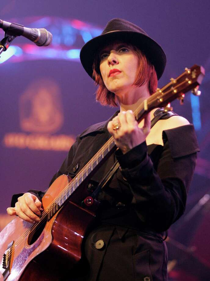 US American singer-songwriter Suzanne Vega performs on stage at the Avo Session in Basel, Switzerland, Thursday, Nov. 1, 2007. (AP Photo/Keystone, Georgios Kefalas) Photo: GEORGIOS KEFALAS / KEYSTONE