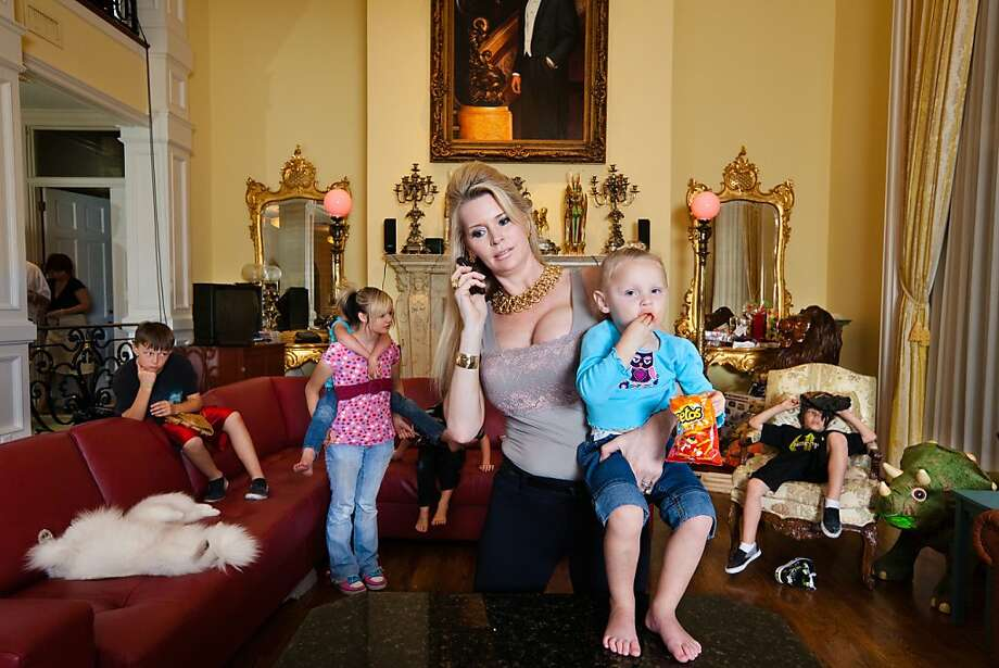 Jackie Siegel in THE QUEEN OF VERSAILLES, a documentary about a billioaire couple building a home based on Versallies which faltered with the economy. Jackie and her children, Orlando, Florida  ©Lauren Greenfield 2011/INSTITUTE Photo: Lauren Greenfield, Magnolia Pictures