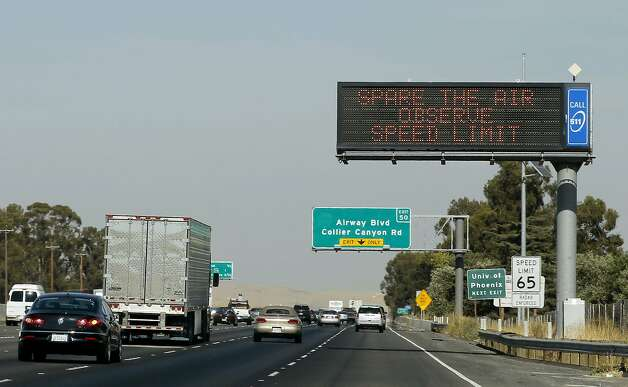 A sign over Interstate 580 in Livermore warns motorists that a Spare the Air alert is in effect. Photo: Michael Macor, The Chronicle