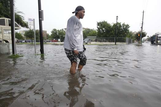 Chris Scott tries to walk along sidewalk on Fannin at Elgin on Friday morning. (Melissa Phillip/Chronicle) Photo: Melissa Phillip, Houston Chronicle