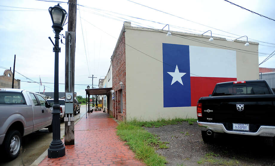 David Payne's barber shop has a large Texas flag mural painted on the side of his shop in Sour Lake, Wednesday, July 11, 2012. Tammy McKinley/The Enterprise Photo: TAMMY MCKINLEY