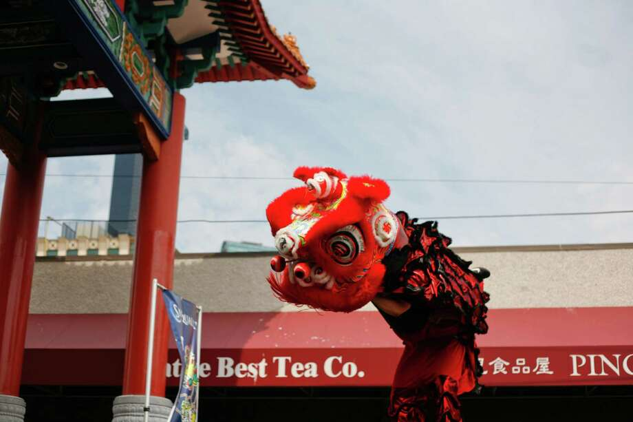 Members of the Mak Fai Washington Kung Fu Club perform a lion dance. Photo: Sofia Jaramillo / SEATTLEPI.COM