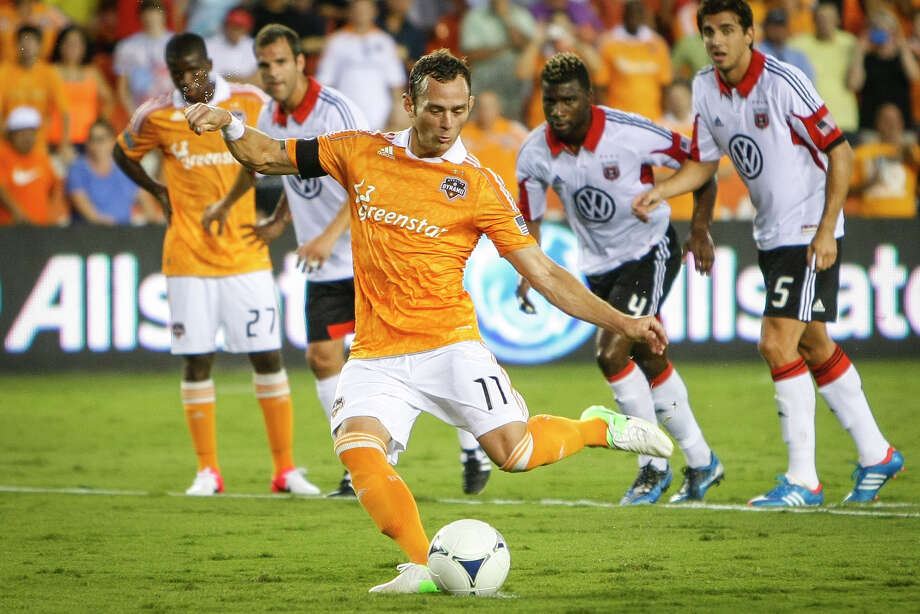 Dynamo Brad Davis shoots a penalty kick. Photo: Michael Paulsen, Houston Chronicle / © 2012 Houston Chronicle