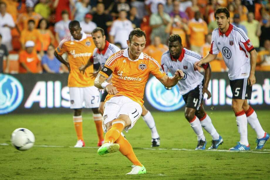 Brad Davis shoots a penalty kick. Photo: Michael Paulsen, Houston Chronicle / © 2012 Houston Chronicle