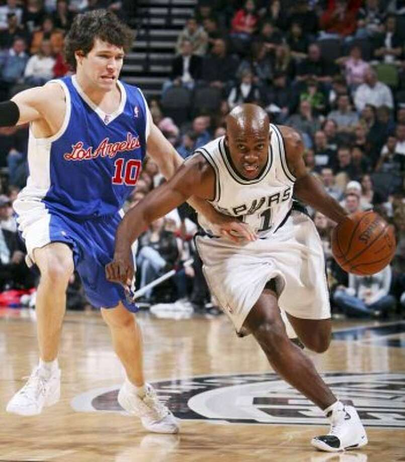 Spurs guard Jacque Vaughn looks for room around the Los Angeles Clippers' Dan Dickau on Dec. 22, 2007 at the AT&T Center. (Edward A. Ornelas / San Antonio Express-News)