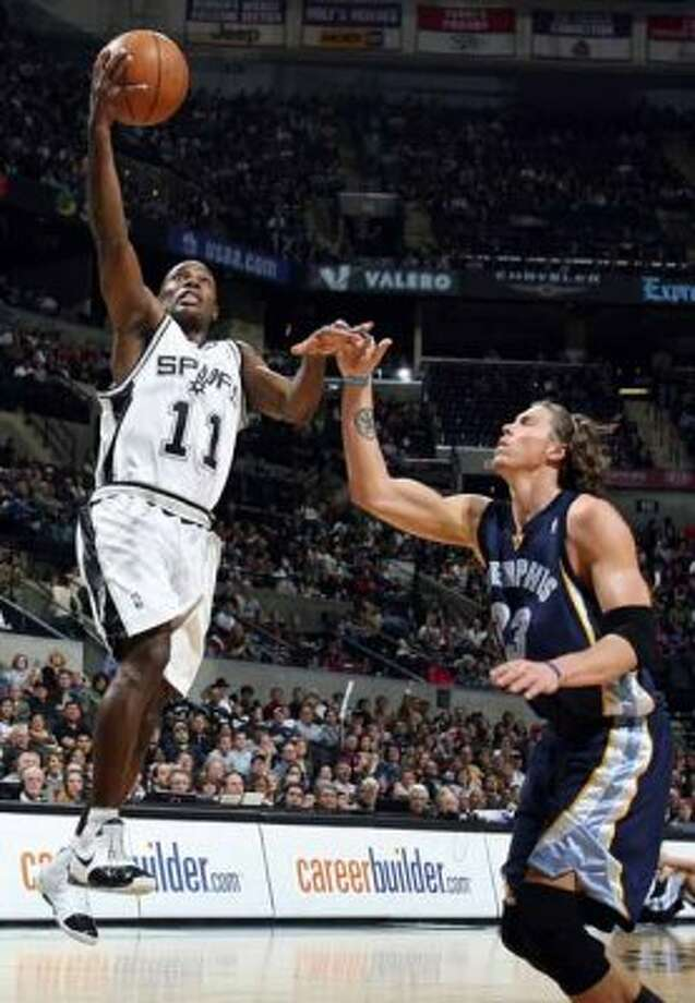 Spurs guard Jacque Vaughn shoots over the Memphis Grizzlies' Mike Miller on Dec. 30, 2007 at the AT&T Center. (Edward A. Ornelas / San Antonio Express-News)