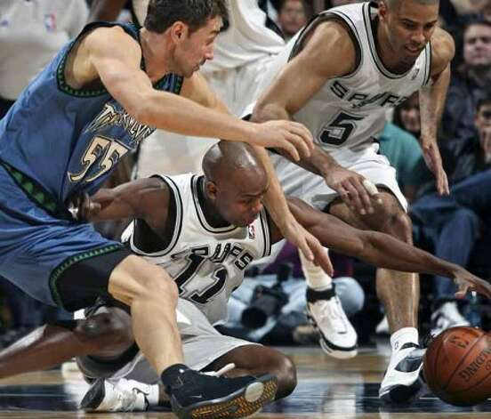Spurs guard Jacque Vaughn strains to make a steal against the Timberwolves' Marko Jaric at the AT&T Center on Jan. 12, 2008. (Tom Reel / San Antonio Express-News)