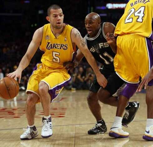 The Los Angeles Lakers' Jordan Farmer gets a screen from Kobe Bryant on Spurs guard Jacque Vaughn during Game 2 of the Western Conference Finals in Los Angeles on May 23, 2008. (Jerry Lara / San Antonio Express-News)