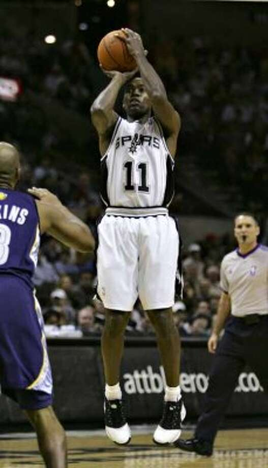 Spurs guard Jacque Vaughn shoots against the Memphis Grizzlies on Dec. 20, 2006 at the AT&T Center. (Bahram Mark Sobhani / San Antonio Express-News file photo)