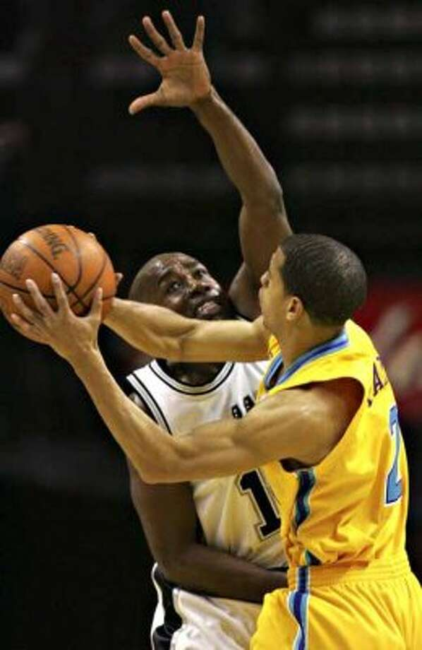 Spurs guard Jacque Vaughn defends the New Orleans/Oklahoma City Hornets' Jannero Pargo on March 28, 2007 at the AT&T Center. (Bahram Mark Sobhani / San Antonio Express-News file photo)