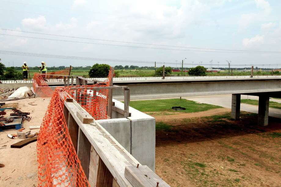 Work continues on the overpass of the Fort Bend Grand Parkway Toll Road at West Airport. Photo: Suzanne Rehak