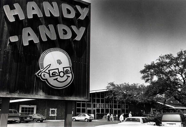 "Handy Andy grocery store opened the first ""full air-cooled food store"" at Highland Boulevard and S Gevers Ave. in 1937. Pictured is a Handy Andy store at N. New Braunfels Avenue and Nacodoches Road on Sept 8, 1988. Photo: RICK MCFARLAND, Express-News / SAN ANTONIO EXPRESS-NEWS"