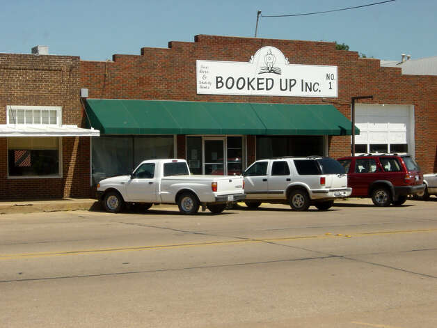 Travel Advance. Booked Up. Author Larry McMurtry's Booked Up bookstore in Archer City will close for an indefinite period after Dec. 31, 2005,McMurtry has announced. Photo by David Hendricks, staff. July 2003. Photo: DAVID HENDRICKS, SAN ANTONIO EXPRESS-NEWS / SAN ANTONIO EXPRESS-NEWS