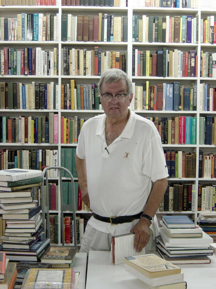 Travel Advance. Larry McMurtry. Author Larry McMurtry, shown at his Booked Up bookstore in Archer City in July 2003, marks prices in books before shelving them for shoppers. Photo by David Hendricks, staff. July 2003. Photo: DAVID HENDRICKS, SAN ANTONIO EXPRESS-NEWS / SAN ANTONIO EXPRESS-NEWS