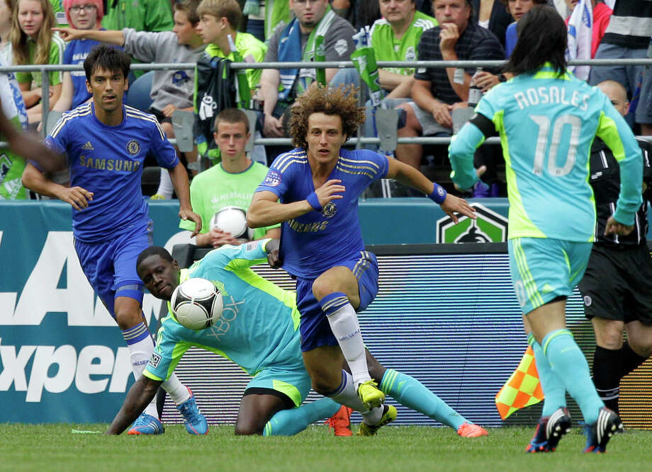 Chelsea's David Luiz, second from right, and Paulo Ferreira, left, work against Seattle Sounders' Jhon Kennedy Hurtado, second from left, and Mauro Rosales, right, in the first half of an exhibition soccer match, Wednesday, July 18, 2012, in Seattle. Photo: AP