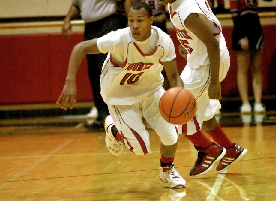 Kountze's Darrion Harper drives the ball down court against East Chambers at Kountze High School in Kountze, Friday, January 27, 2012. Tammy McKinley/The Enterprise Photo: TAMMY MCKINLEY