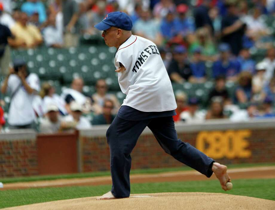 Tom Willis, who was born without arms, throws out a ceremonial first pitch with his right foot before a baseball game between the Miami Marlins and the Chicago Cub , Thursday, July 19, 2012, in Chicago. Photo: AP