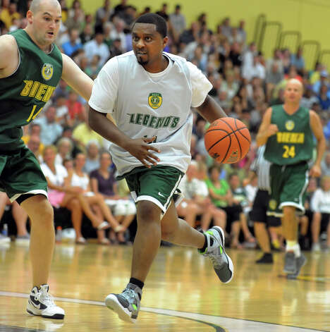 Melvin Freeny, right, drive to the hoop as David Ryan defends during the Siena Legends basketball game on Thursday, July 19, 2012, at Siena College in Loudenville, N.Y. (Cindy Schultz / Times Union) Photo: Cindy Schultz / 00018508A