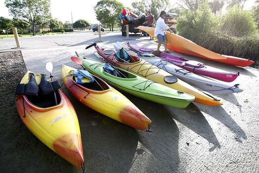 Robbie Jones of the Kayak Shack unloads his truck to take a group of Boy Scouts on a kayak expedition at Bay Area Park in Pasadena. (Nick de la Torre/Chronicle)