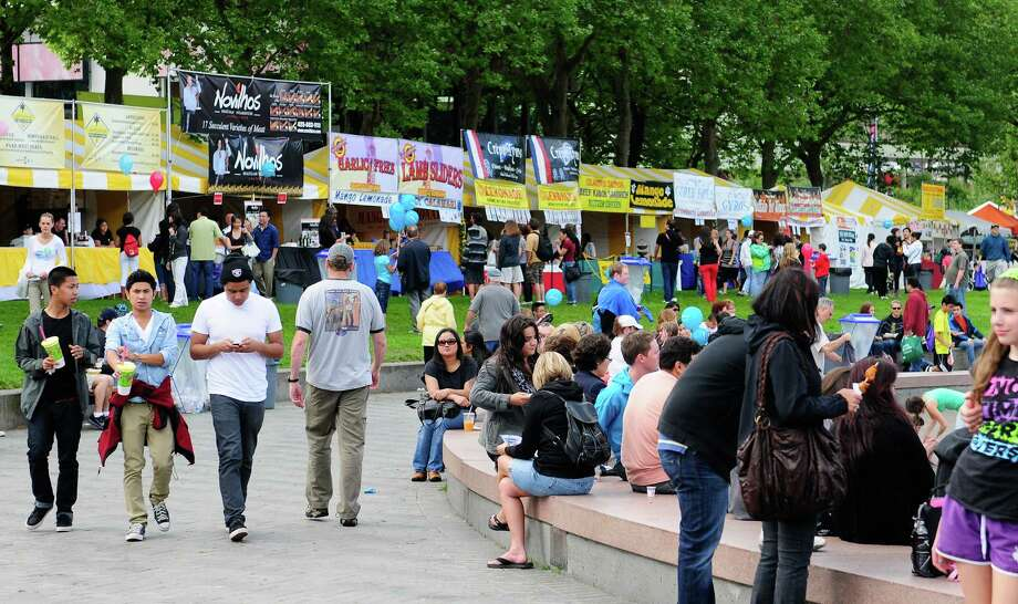 Many people stroll around the International Fountain. Photo: LINDSEY WASSON / SEATTLEPI.COM