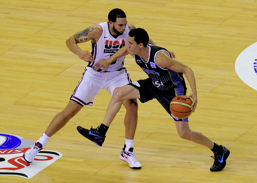 US Deron Williams (L) vies with Argentinian Pablo Prigioni (R) during their Olympic warm up game aga