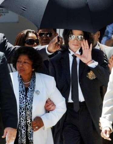 Michael Jackson and his mother Katherine Jackson, outside the courthouse, 2005. (AP) / SF