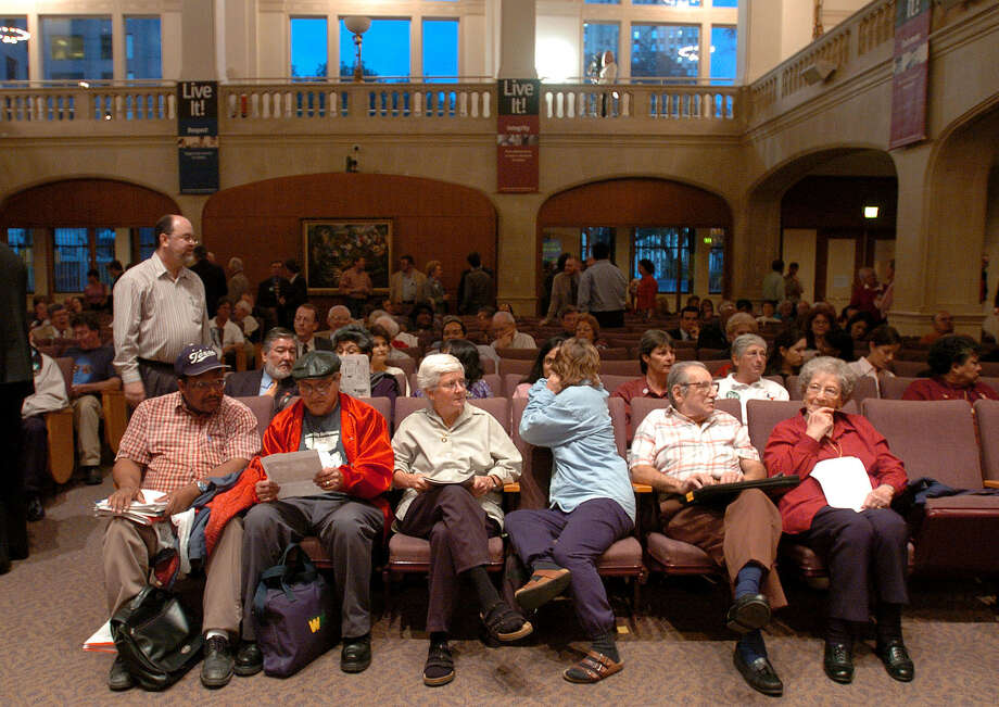 While many people gather in City Council Chambers for public hearings, others prefer to express concerns to city officials via email. Photo: Express-News File Photo / SAN ANTONIO EXPRESS-NEWS
