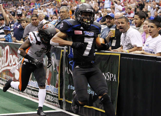 San Antonio Talons' Jason Willis (07) strolls in for a touchdown against Utah Blaze's Alfred Phillips (04) in the second half of their quarterfinal AFL National Conference playoff game at the Alamodome on Friday, July 27, 2012. Photo: Kin Man Hui, San Antonio Express-News / ©2012 San Antonio Express-News