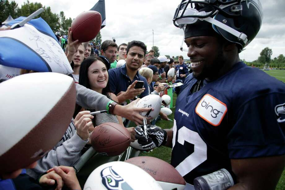Seahawks' Robert Turbin signs autographs. Photo: AP