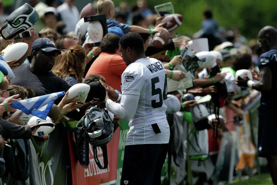 Seahawks' Bobby Wagner signs autographs. Photo: AP