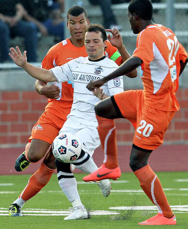 The Scorpions' Luiz Tiago starts a break as San Antonio plays the Carolina Railhawks at Heroes Stadium on Saturday, July 28, 2012. Photo: Tom Reel, San Antonio Express-News / ©2012 San Antono Express-News