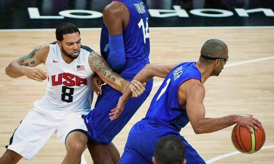USA's Deron Williams tries to hold France's Tony Parker as he drives around a pick by France's Ronny Turiaf during men's preliminary round basketball at the 2012 London Olympics on Sunday, July 29, 2012. Photo: Smiley N. Pool, Houston Chronicle / © 2012  Houston Chronicle