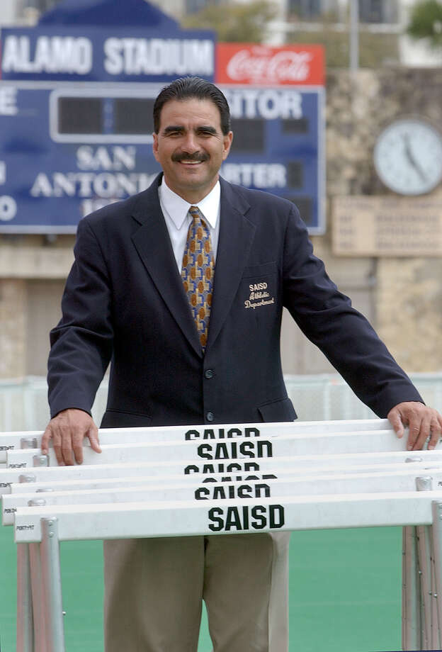 San Antonio Independent School District athletic director Gil Garza, seen here in 2002, was named to the Texas High School Athletic Directors Association's Hall of Honor at a banquet Sunday. Photo: TOM REEL , San Antonio Express-News File Photo / SAN ANTONIO ESXPRESS-NEWS