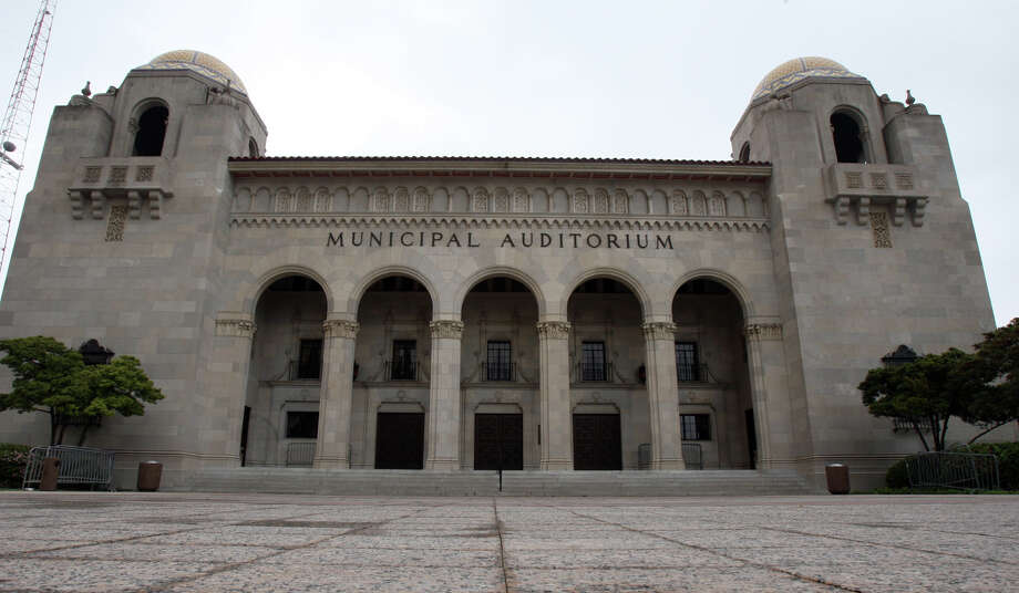 Original front doors and previously existing letters spelling Municipal Auditorium will be part of the new arts center. Photo: Express-News File Photo / SAN ANTONIO EXPRESS-NEWS