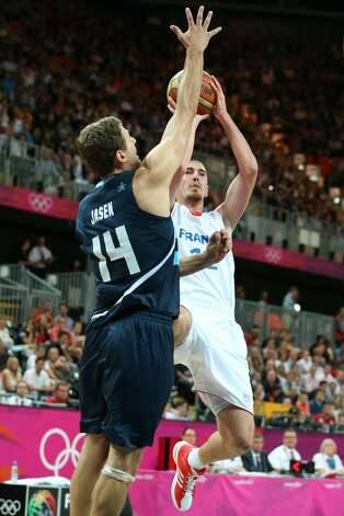 Hernan Jasen #14 of Argentina defends Nando De Colo #12 of France in the Men's Basketball Preliminary Round match between France and Argentina on Day 4 of the London 2012 Olympic Games at Basketball Arena on July 31, 2012 in London, England. (Christian Petersen / Getty Images)