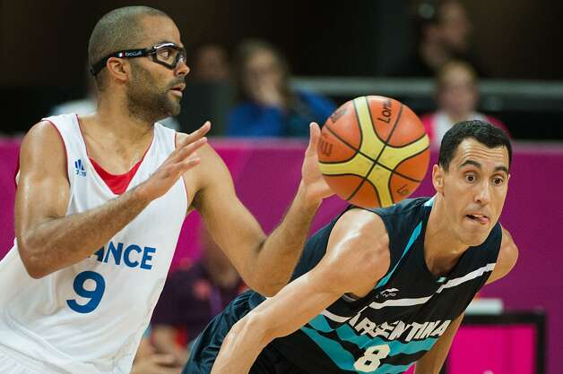 France's Tony Parker drives past Argentina's Pablo Prigioni during a men's preliminary round basketball game at the 2012 London Olympics on Tuesday, July 31, 2012. (Smiley N. Pool / Houston Chronicle)