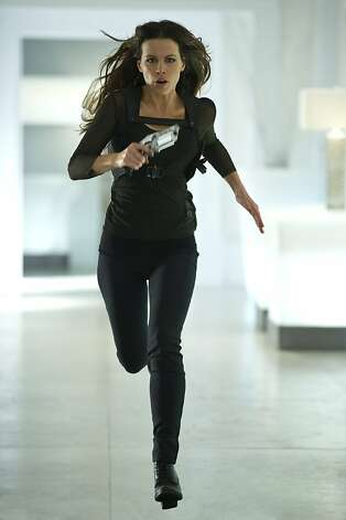"Kate Beckinsale gets a gun in ""Total Recall."" Photo: Michael Gibson, Columbia Pictures"
