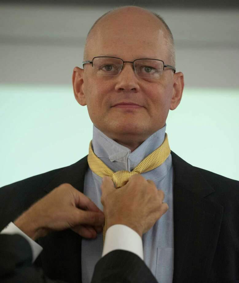 An image consultant tries a tie on Col. Chuck Hoppe during a program for senior officers entering civilian life. Photo: Marvin Joseph / The Washington Post