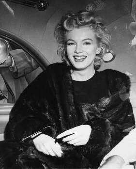 Marilyn Monroe en una fotografía del 2 de junio, año desconocido, en un auto después de llegar despeinada de un vuelo de toda la noche de Hollywood a Nueva York. La actriz dijo que planeaba descansar en Nueva York antes de ir a Inglaterra para filmar una película con Sir Laurence Olivier. Evitó responder las preguntas sobre si se casará con el dramaturgo Arthur Miller. (Foto AP, archivo) (Uncredited / Associated Press)