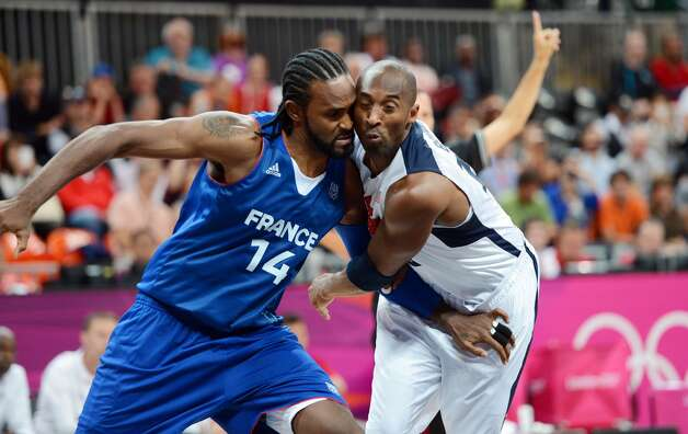 Basketball players Ronny Turiaf (left, France) and Kobe Bryant (USA) (Timothy A. Clary / Getty Images)