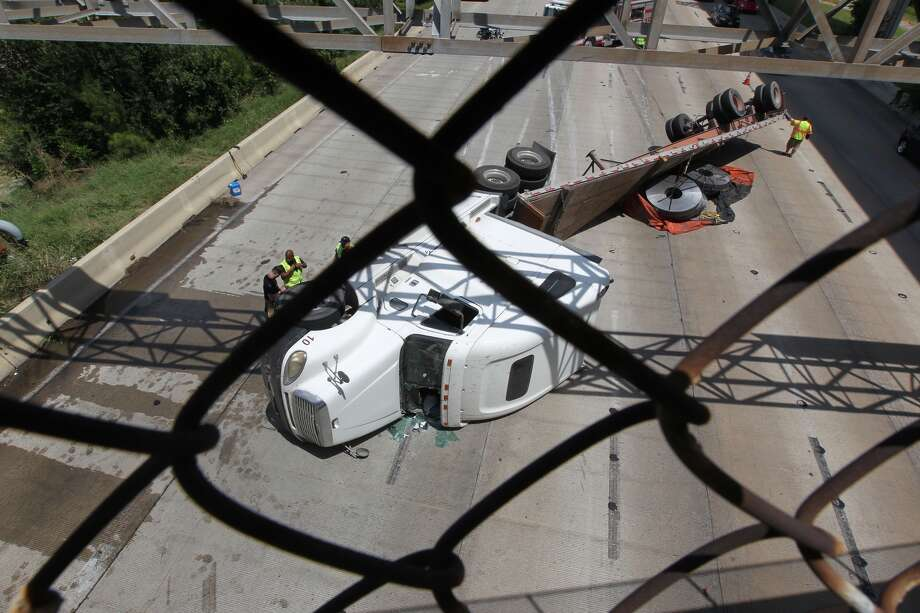 The cleanup begins at a wreck on Interstate 10 near downtown Houston. (James Nielsen/Chronicle)