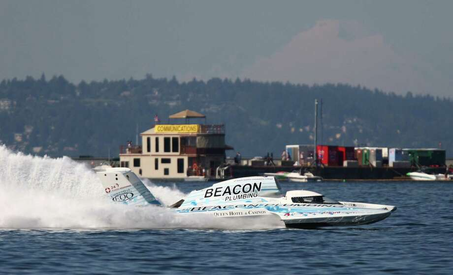 J. Michael Kelly pilots the U-37 Miss Beacon Plumbing during qualifying laps on Lake Washington with Mount Baker as a backdrop. Photo: JOSHUA TRUJILLO / SEATTLEPI.COM