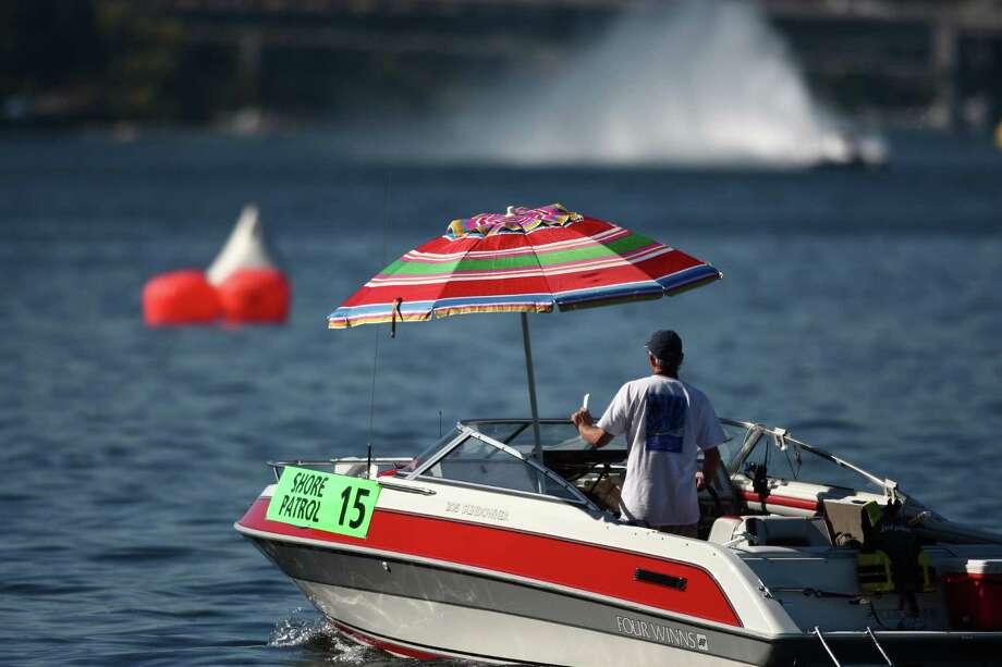 Unlimited hydroplanes run qualifying laps on Lake Washington. Photo: JOSHUA TRUJILLO / SEATTLEPI.COM