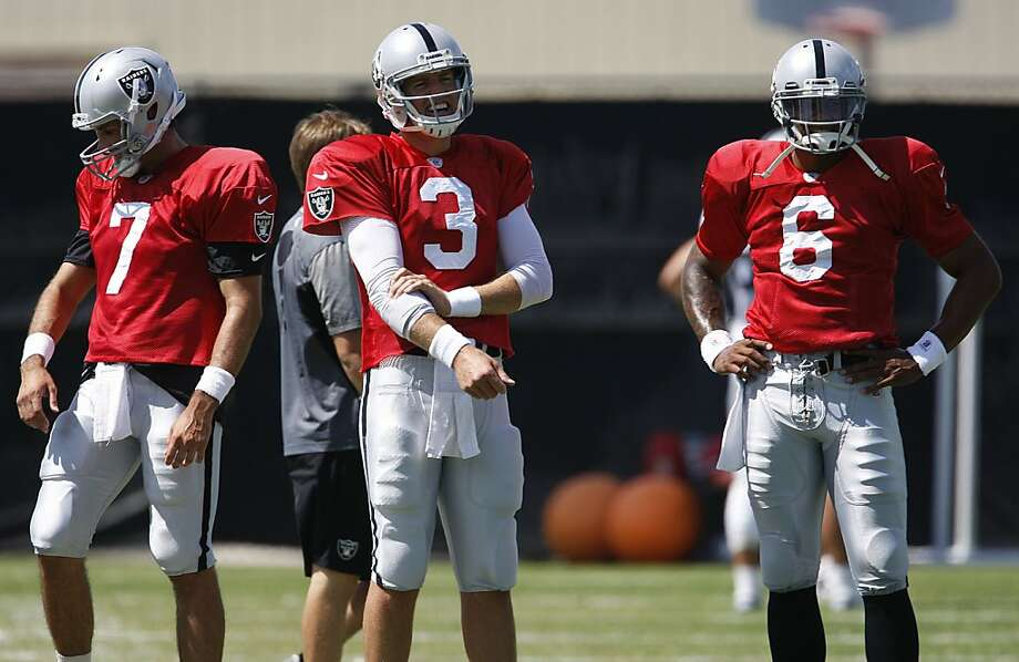 Quarterback Terrelle Pryor (right) is competing for practice reps with starter Carson Palmer (3) and backup Matt Leinart (7) during a trying time. Photo: Liz Hafalia, The Chronicle