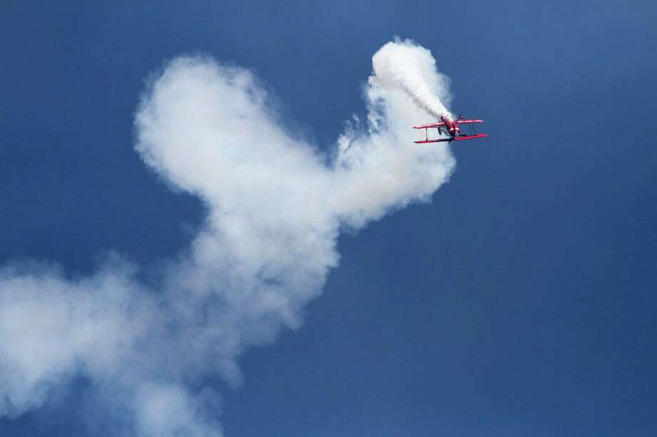 A stunt pilot flies upside down during a  performance by Red Eagle Air Sports. Photo: Sofia Jaramillo / SEATTLEPI.COM