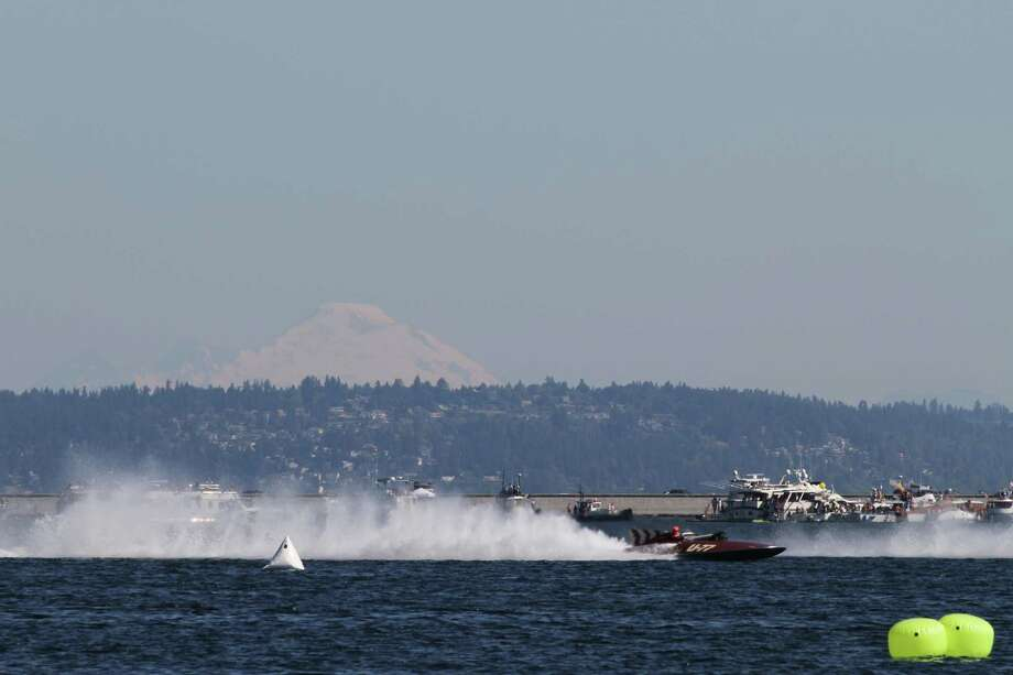 A vintage hydroplane races around Lake Washington. Photo: Sofia Jaramillo / SEATTLEPI.COM