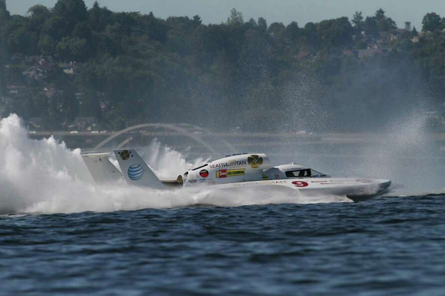 An H1 Unlimited races on Lake Washington.