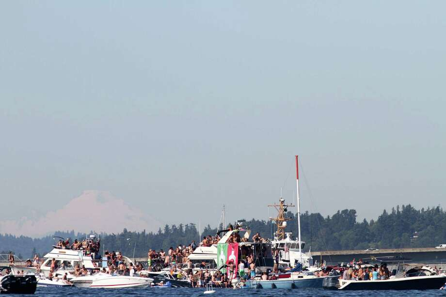 Many people gather on boats on Lake Washington to watch various Seafair events. Photo: Sofia Jaramillo / SEATTLEPI.COM