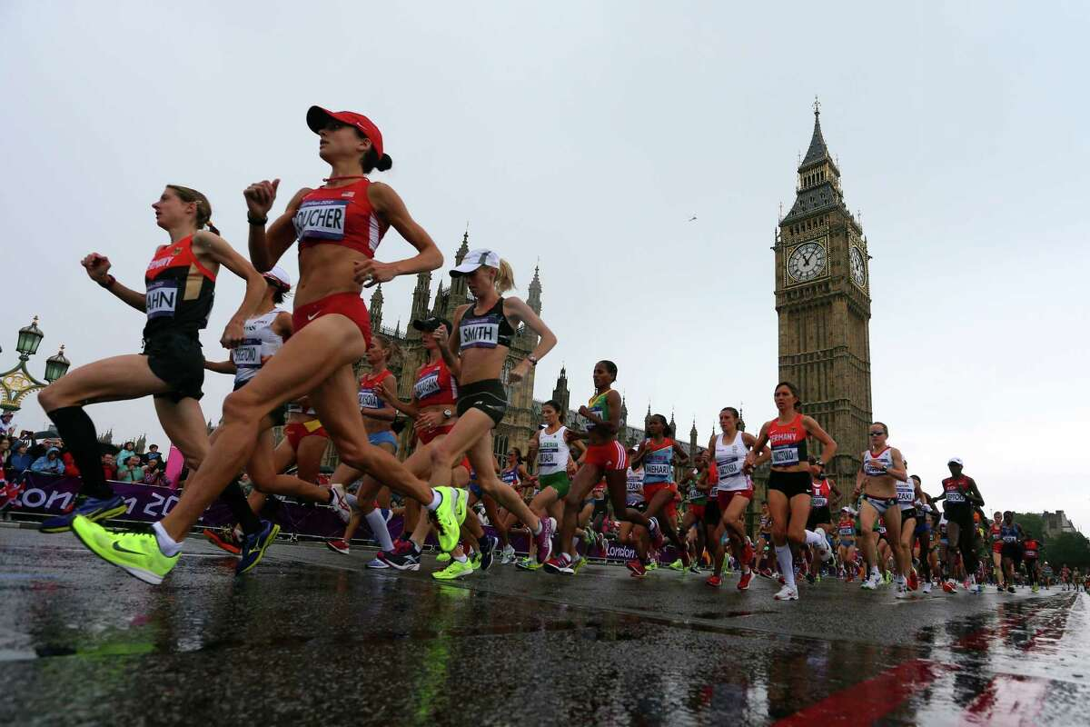 The lead runners in the Women's Marathon pass Parliament on their penultimate circuit.
