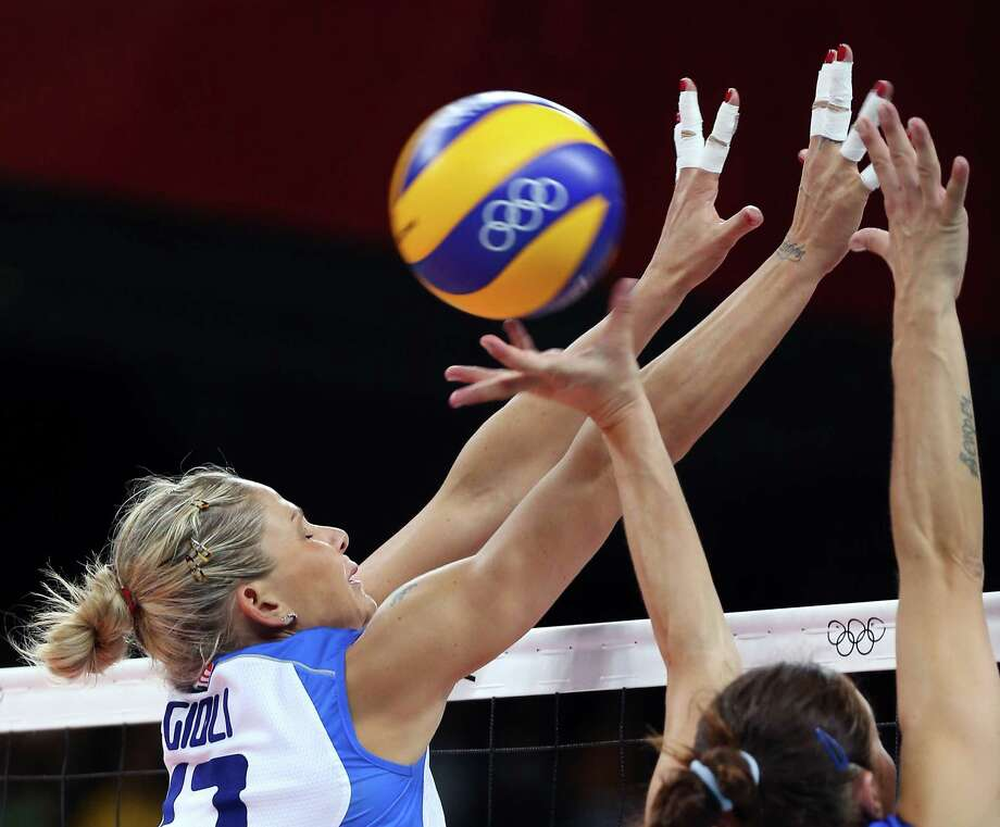 Simona Gioli #17 of Italy is unable to block a shot from Russia during Women's Volleyball at Earls Court in London. Photo: Elsa, Getty Images / 2012 Getty Images
